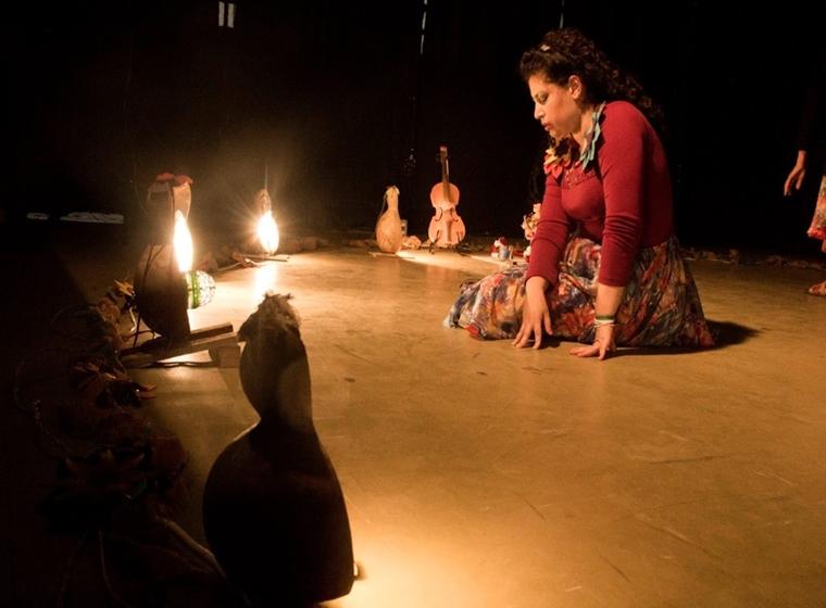 """Cena da peça """"O Encantamento da Rebeca"""", do grupo Buraco d'Oráculo"""