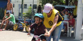 Garoto aprendendo a andar de Bicicleta